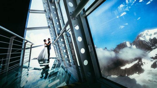 sposi durante il servizio fotografico di matrimonio e montagne sullo sfondo