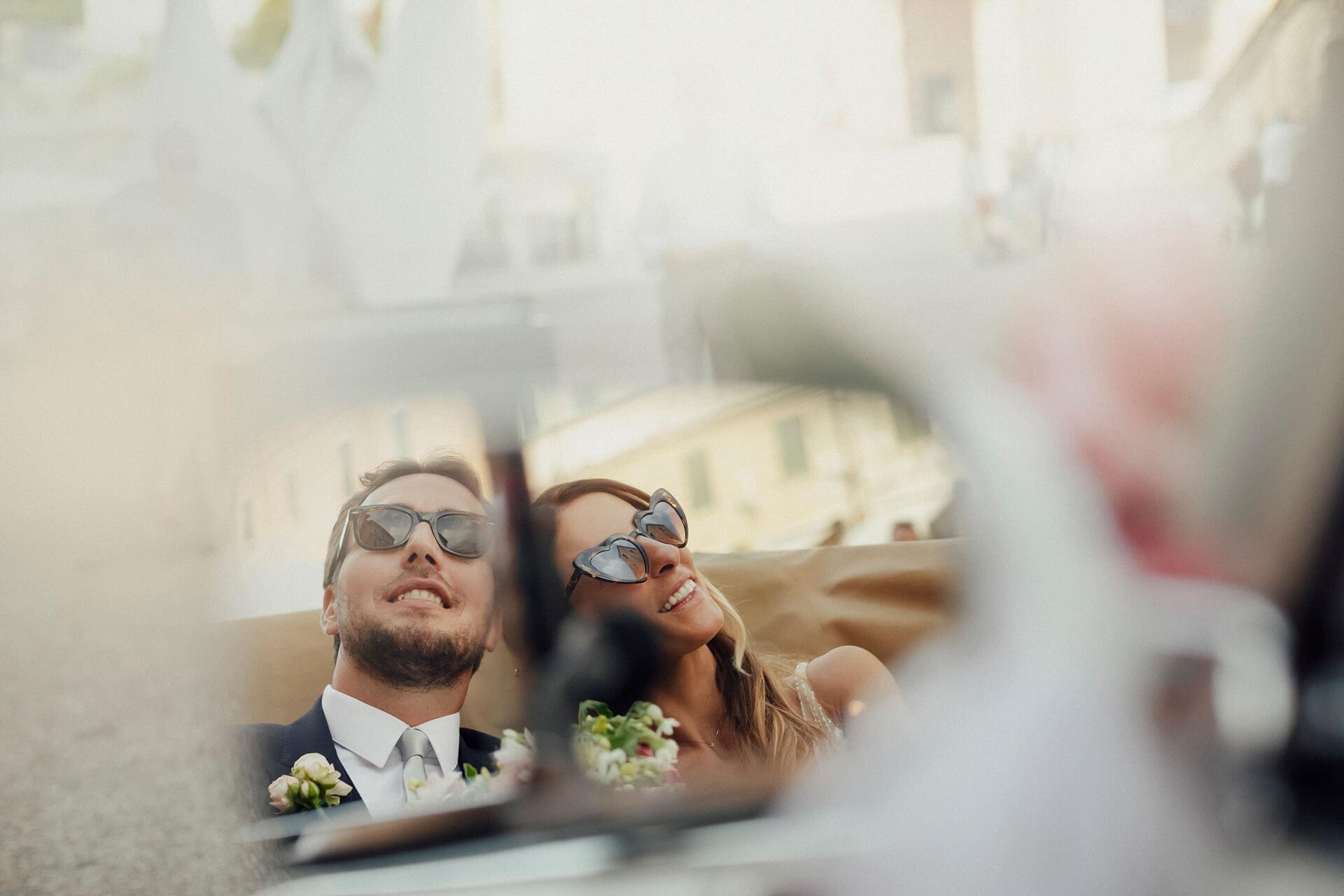 coppia di sposi durante il matrimonio al franco di mare