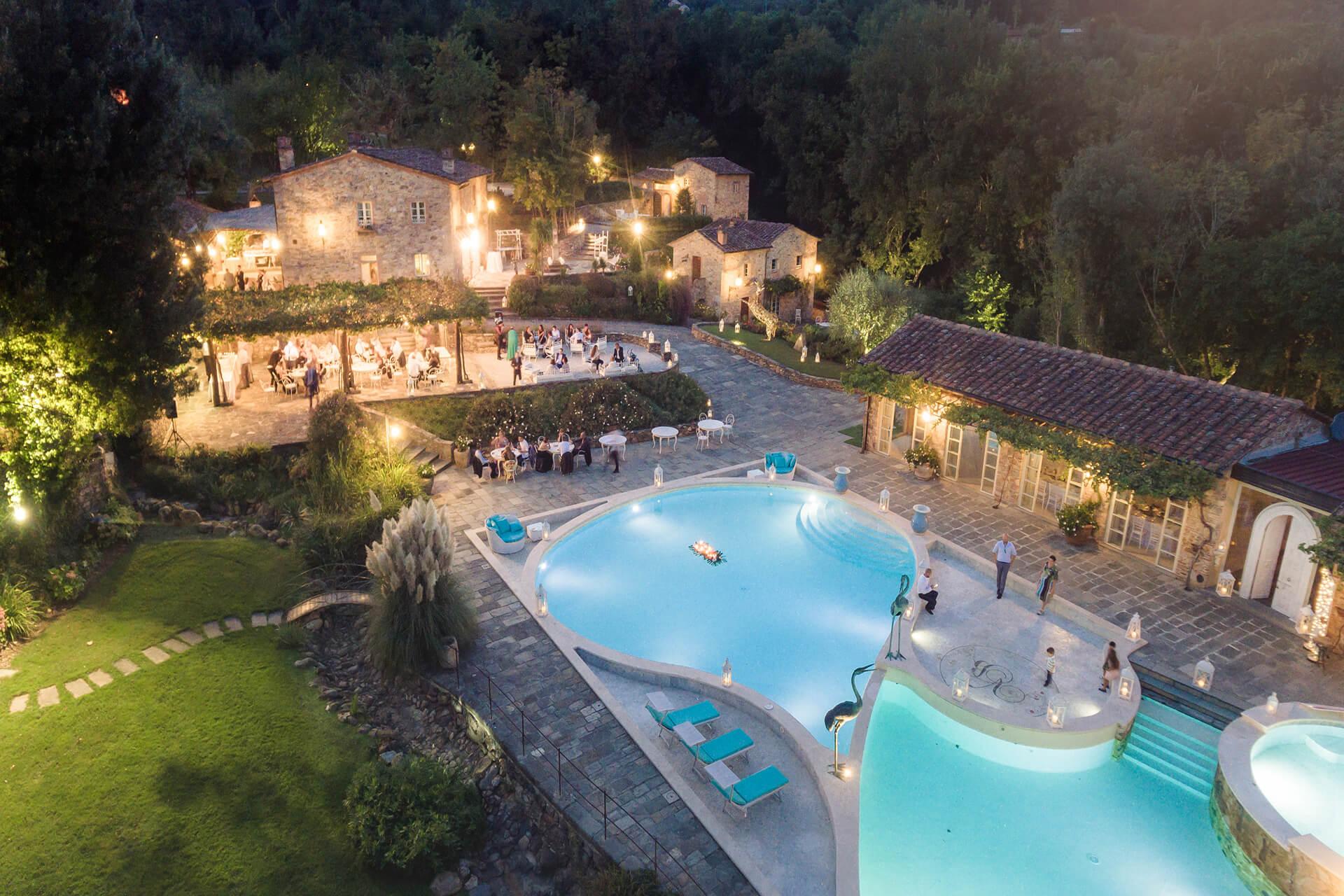 vista dall'alto su valle di badia, il giardino e la piscina, durante un matrimonio