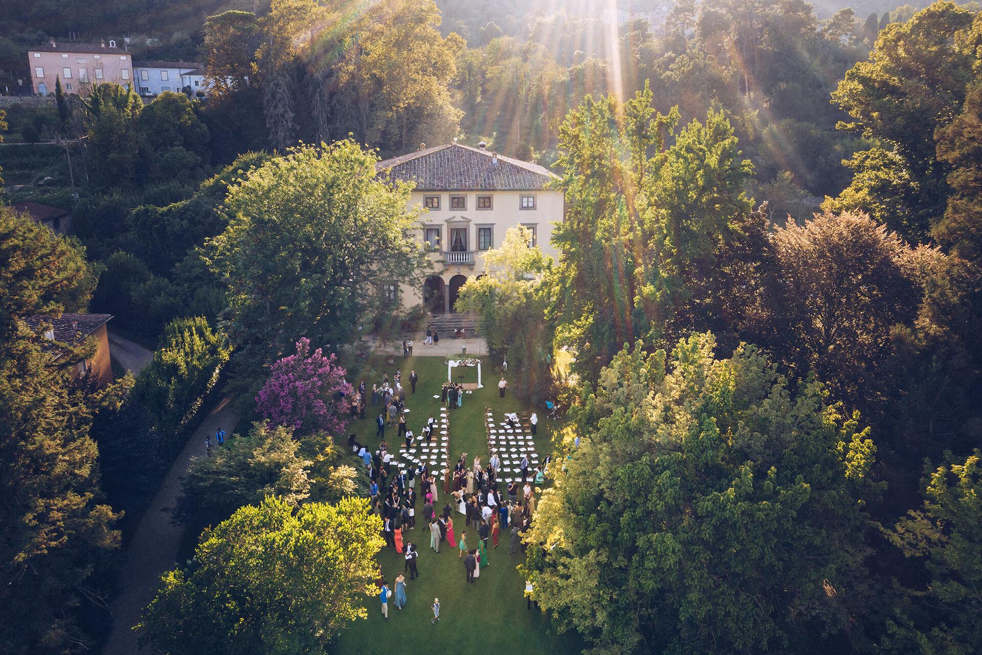 vista dall'alto su villa bernardini durante un ricevimento di matrimonio in giardino