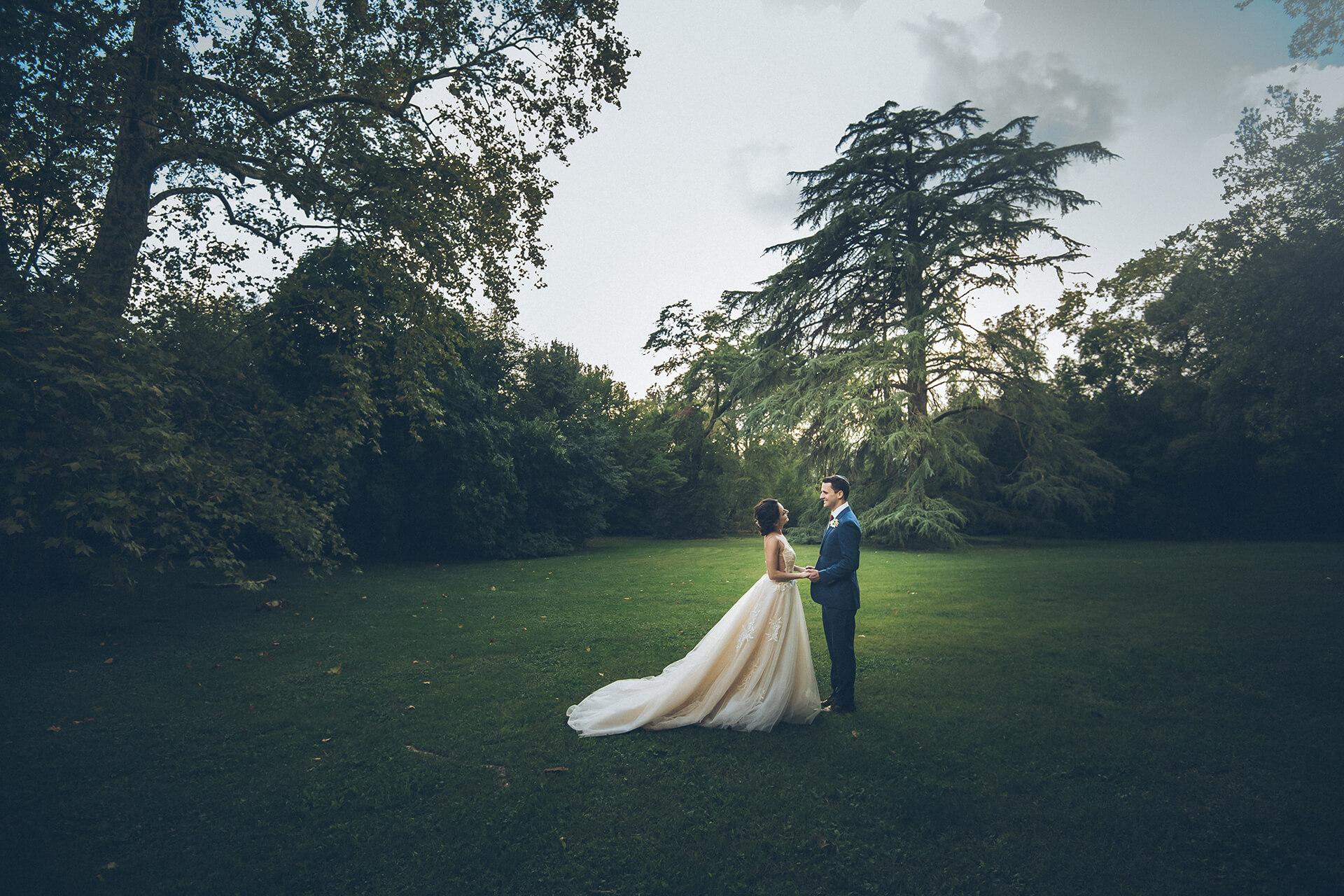 coppia di sposi nel giardino di villa grabau, location per matrimoni